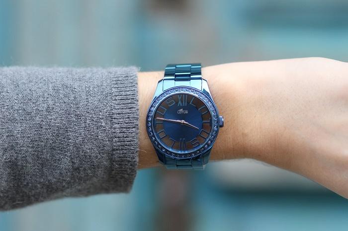 montre Lotus métallique bleue