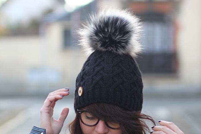 bonnet noir pompon poils