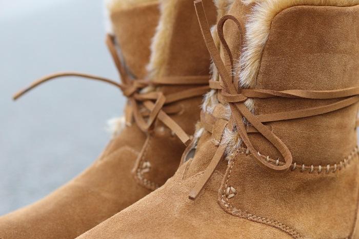 Photo de bottes fourrées en daim et faux-poils de la marque TOMS